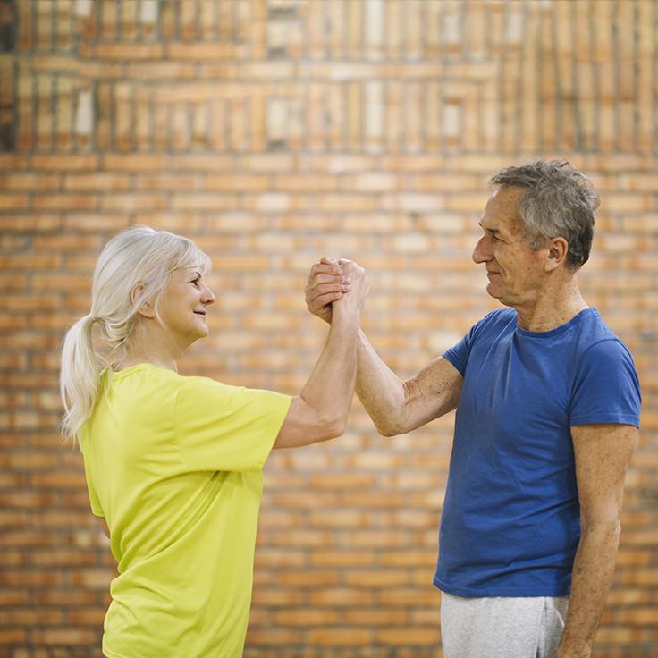 Idosos caminhando para a longevidade a saúde