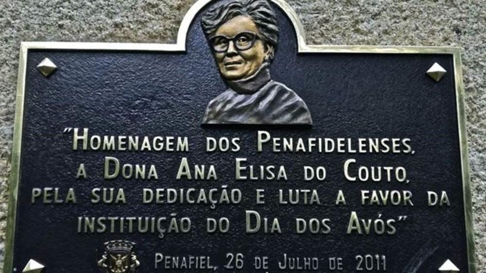 Plaquinha alusiva à criadora do Dia dos Avós em Penafiel, Portugal